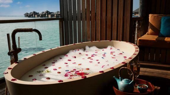 hotals in heaven gili lankanfushi maldives bathtub spa wellness view ocean roses wooden fence sunny