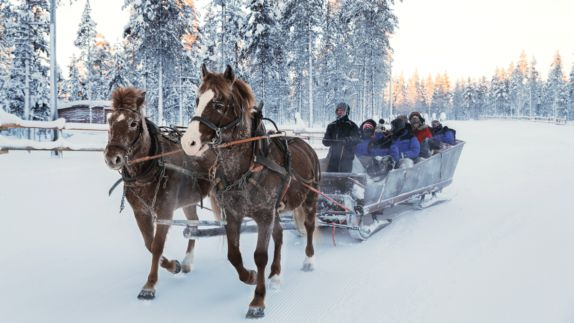 hotels in heaven Kakslauttanen horse sledge people cold jackets horses snow trees fun adventure slow fast