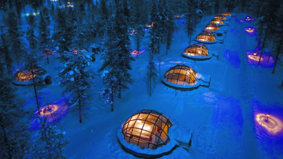 hotels in heaven finnland kakslauttanen igloos outdoor location snow hills lighted roofs trees