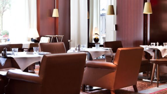 hotels in heaven Royal Monceau Raffles Paris bar culinary leather armchairs glasses lamps white tablecloth
