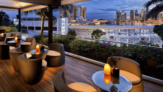 hotels in heaven mandarin oriental singapore terrasse culinary view armchairs lamps table skyline skyscapers