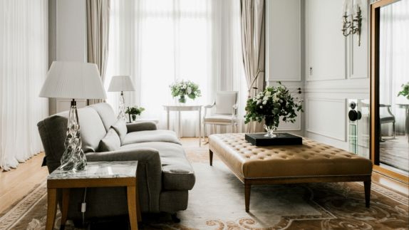 hotels in heaven royal monceau raffles paris living room luxery lamps chic modern mirror flowers leather table