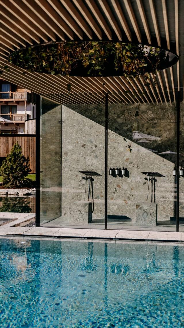 Naturhotel-Forsthofgut_Pool_showers_mobile