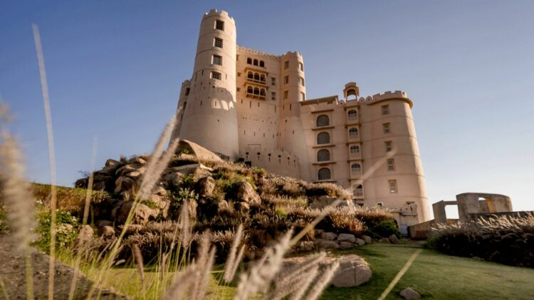 hotels in heaven Alila Fort Bishangarh accomodation fassade green meadow hedge nature castle luxury hotel environment