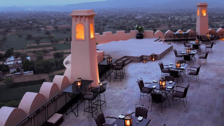 hotels in heaven Alila Fort Bishangarh terrasse open air dining view lamp forest candle table chair glass dishes plants mountain