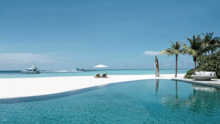 infinity pool-four seasons private island at voavah