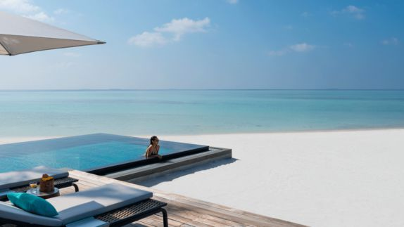 hotels in heaven four seasons private island voavah pool mirror influencer beach woman girl beautiful blogger sunshade deckchair sunny sunglasses swim swear sea sand glass wood