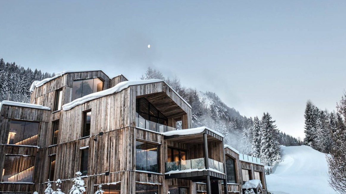 naturhotel-forsthofgut-location-building-snow