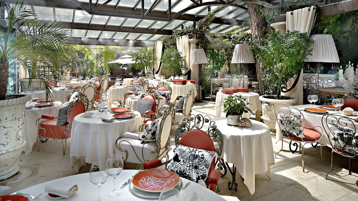 hotels in heave Villa Marie restaurant culinary beautiful style wine glass chair table tablecloth pillow noble amazing plants dishes