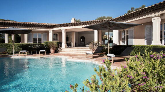 hotels in heaven La Reserve Ramatuelle accommodation private pool outdoor lounger outside sunny sunshades bushes flowers