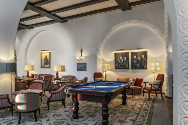 suvretta-house-pool-table