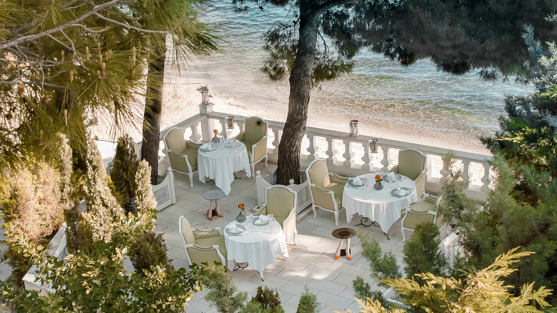 the-danai-beach-resort-ocean-side-lunch