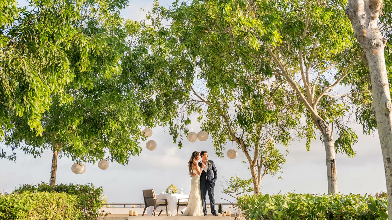 alila villas uluwatu bali-wedding-couple