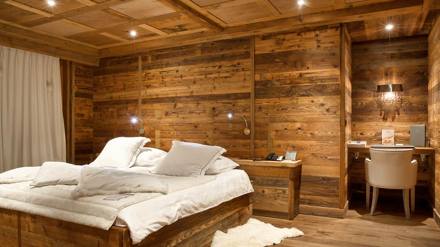 hostellerie-du-pas-de-l'ours-wooden-bedroom