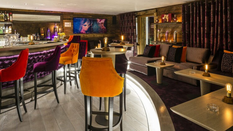 ultima-gstaad-bar-area-evening-cocktails-lounge