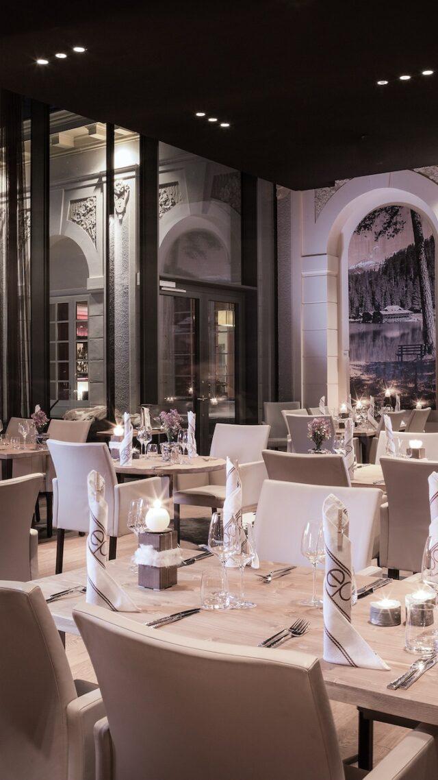 waldhaus-flims-restaurant-evening-mobile