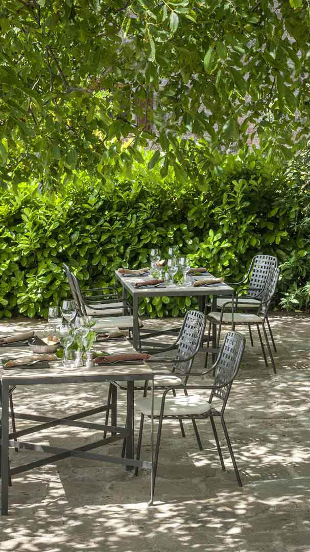 monteverdi-tuscany-terrace-breakfast-green-mobile