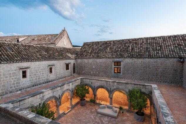 Lopud_1483_courtyard-cloister