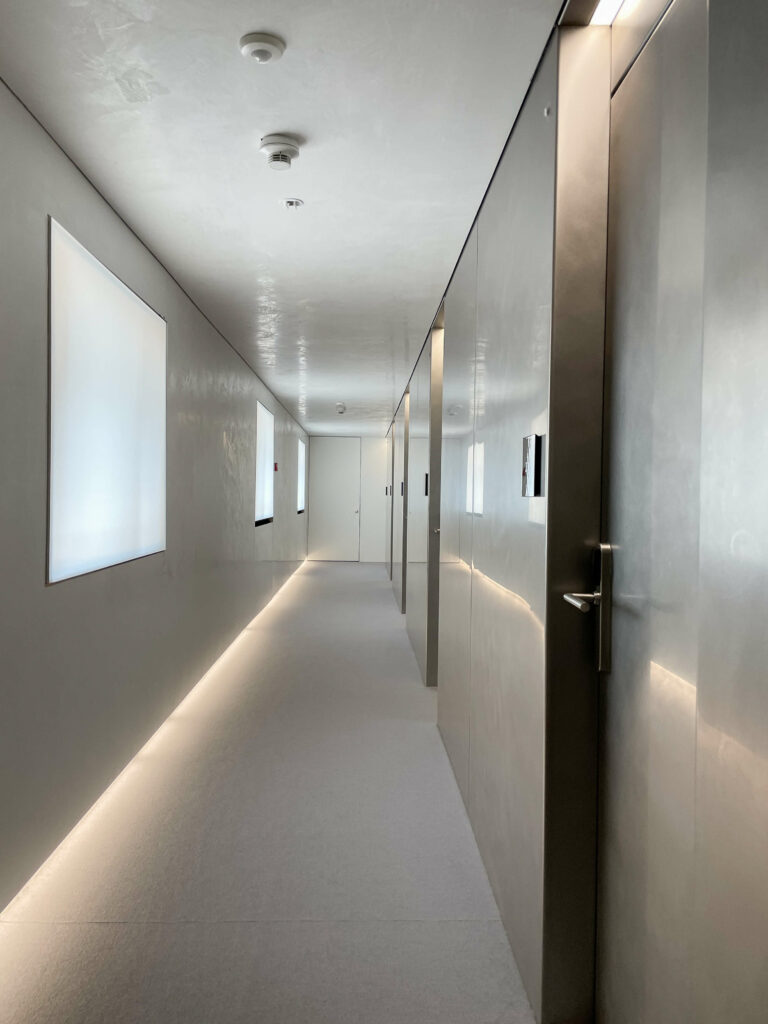 hotels_in_heaven_7132_accommodation_corridor