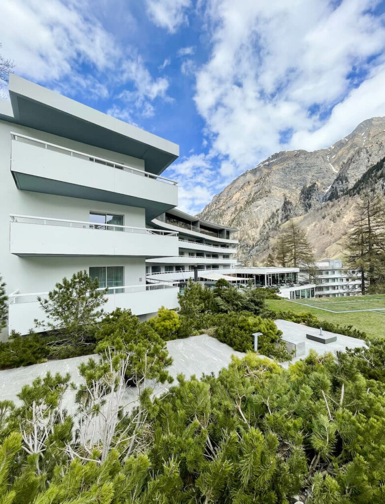 hotels_in_heaven_7132_location_building_4