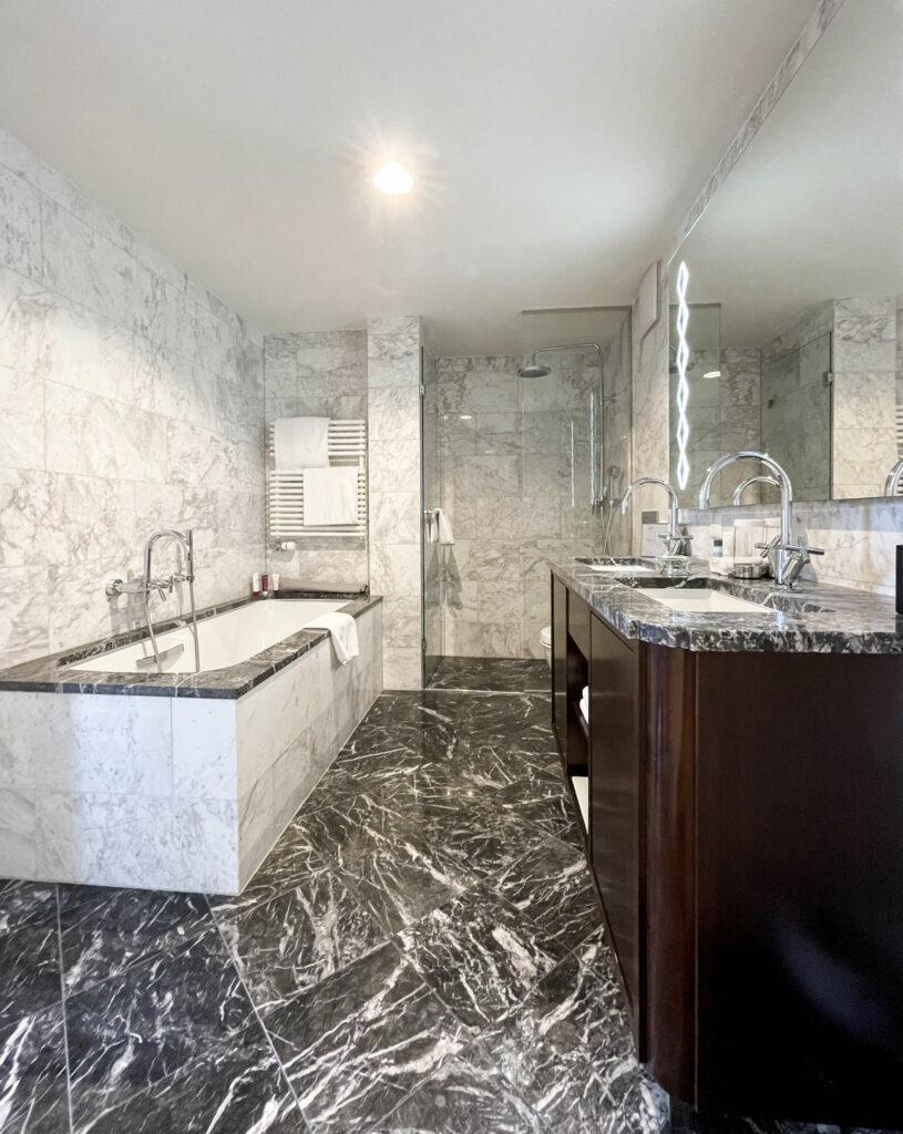 hotels_in_heaven_grand_suite_waldhaus_flims_bathroom