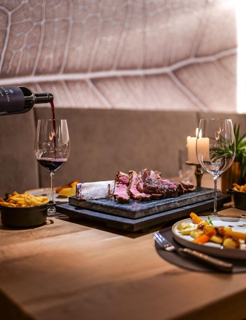 Sirloin_dinner_dish_wine