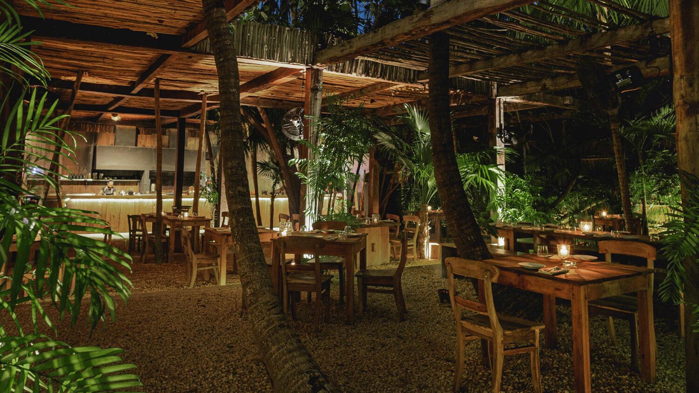 La-Valise-Tulum_Nü-restaurant-tables